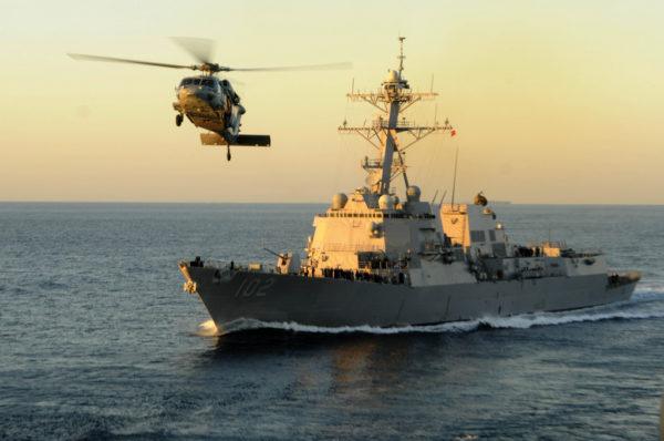 Un MH-60S Knighthawk quitte le bord de l'USS Sampson.