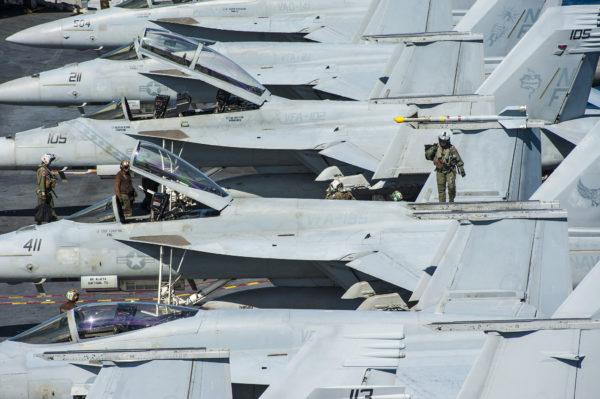 La chasse embarquée américaine prête à décoller.