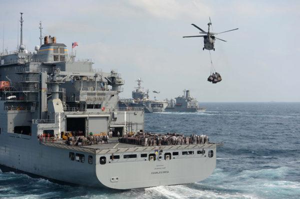 Sur ce cliché un MH-60S Seahawk de l'US Navy remplit la mission Vertrep.