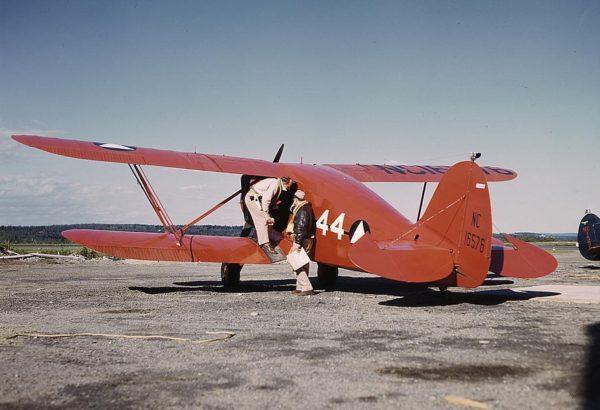 Ce biplan Waco YKS porte les marquages de la Civil Air Patrol lors de la Seconde Guerre mondiale.
