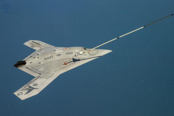 Gros plan sur le X-47B Pegasus durant son ravitaillement en vol.