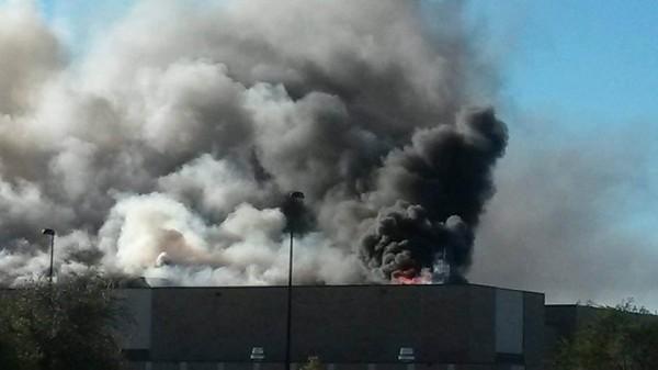 L'aéroport de Mid-Continent en feu après le crash du King Air 200.