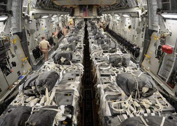 La cargaison de ce Globemaster III sera bientôt parachutée aux réfugiés.