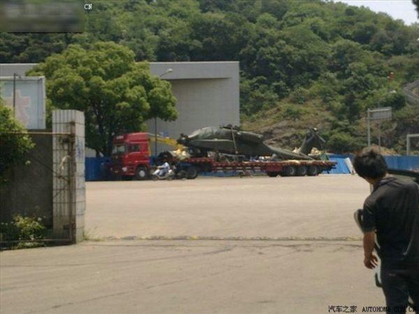 L'Apache est ici bien visible sur le porte-char chinois.