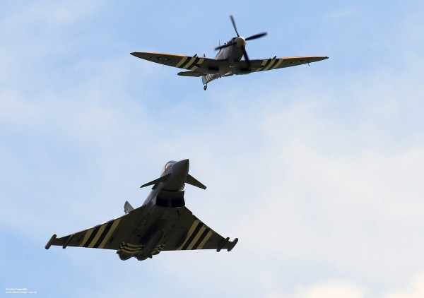 Un Typhoon poursuivant un Spitfire, c'est beau tout de même. Non ?