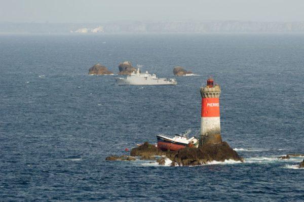 Le chalutier Célacante échoué à quelques mètres seulement du phare des Pierres Noires.