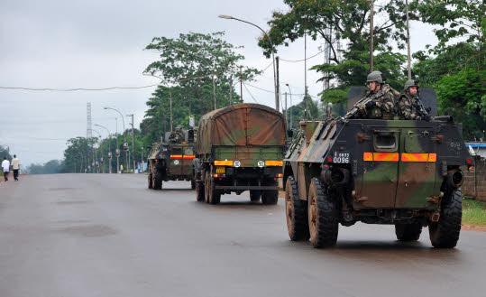 Un convoi militaire français en Centrafrique, avec notamment deux VAB.