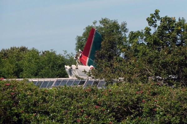 Sur ce cliché l'empennage de l'avion apparait clairement ainsi que la serre contre laquelle l'avion s'est écrasé.