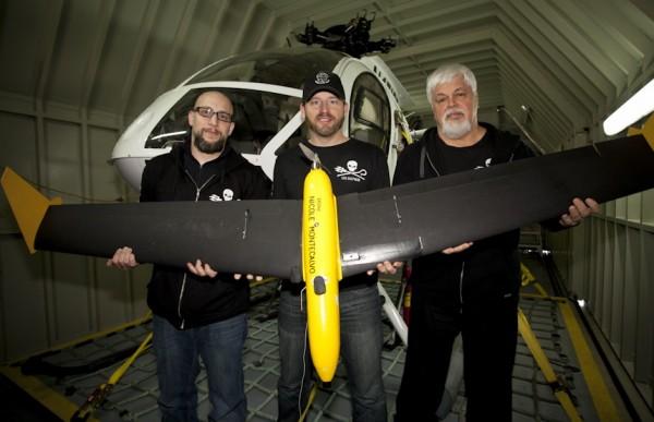 Paul Watson (à gauche sur la photo) et deux de ses militants tiennent ici un de leurs drones.