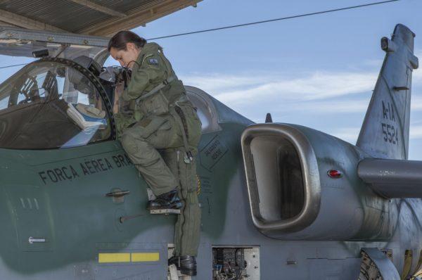 Brésilienne se préparant à un vol sur son AMX A-1.