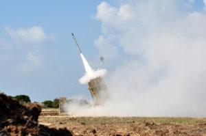 La batterie de missile anti-aérien, une arme efficace contre les roquettes sol-sol.