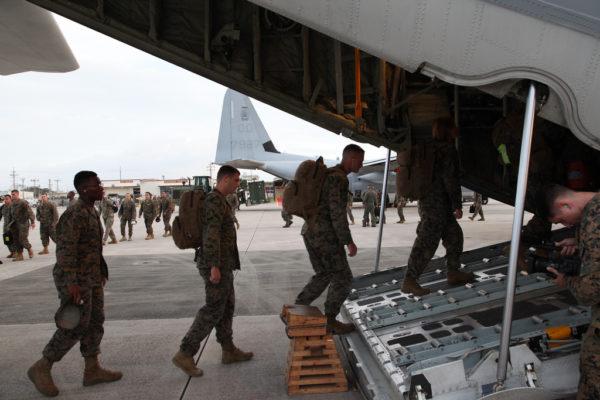 Les personnels de l'USMC embarquent à destination des Philippines.