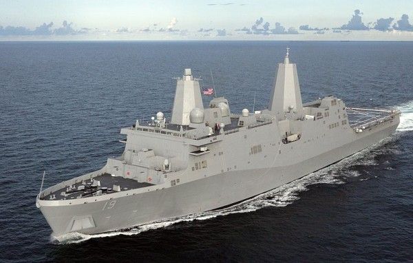 Le bâtiment de commandement USS Mesa Verde.