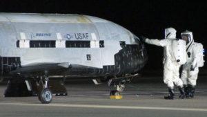 Le Boeing X-37B en 2012 quelques temps avant son lancement dans l'espace. On remarque la taille plus que correcte de ce drone hors du commun.