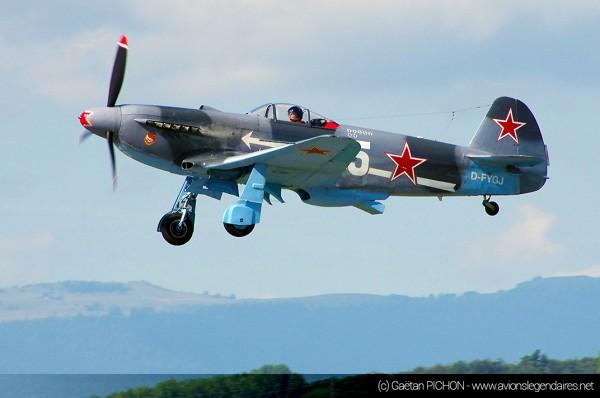 Yakovlev Yak-3 à la livrée du NeuNeu, avec la croix de Lorraine à l'empennage (coté droit) et le nez de l'avion aux couleurs de la France.