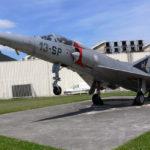 Mirage 5 devant l'entrée du site industriel de Molsheim